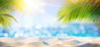 Αφηρημένο υπόβαθρο παραλιών - ηλιόλουστη άμμος και λαμπρή θάλασσα στοκ εικόνα