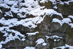 Αφηρημένο υπόβαθρο του τοίχου πετρών με το χιόνι Στοκ Φωτογραφία