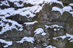 Αφηρημένο υπόβαθρο του τοίχου πετρών με το χιόνι Στοκ Εικόνες