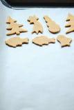 Αφηρημένο υπόβαθρο τροφίμων Χριστουγέννων με τις φόρμες και το αλεύρι μπισκότων Μπισκότα Χριστουγέννων ψησίματος - πίνακας, κόπτε Στοκ Εικόνες