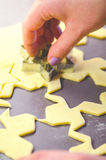 Αφηρημένο υπόβαθρο τροφίμων Χριστουγέννων με τις φόρμες και το αλεύρι μπισκότων Μπισκότα Χριστουγέννων ψησίματος - πίνακας, κόπτε Στοκ εικόνα με δικαίωμα ελεύθερης χρήσης