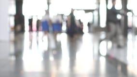 Αφηρημένο υπόβαθρο των ανθρώπων που πηγαίνουν για την επιχείρησή τους στο λόμπι στο εμπορικό κέντρο φιλμ μικρού μήκους