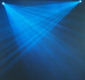 Αφηρημένο υπόβαθρο των μπλε ελαφριών ακτίνων Στοκ εικόνα με δικαίωμα ελεύθερης χρήσης