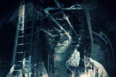 Αφηρημένο υπόβαθρο φρίκης, σκοτεινό δωμάτιο με το φάντασμα στοκ φωτογραφία με δικαίωμα ελεύθερης χρήσης