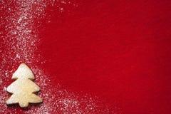 Αφηρημένο υπόβαθρο Χριστουγέννων με τα μπισκότα στο κόκκινο Στοκ Εικόνες