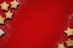 Αφηρημένο υπόβαθρο Χριστουγέννων με τα μπισκότα στο κόκκινο Στοκ εικόνα με δικαίωμα ελεύθερης χρήσης
