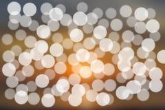 Αφηρημένο φωτεινό χρυσό και άσπρο υπόβαθρο θαμπάδων bokeh Στοκ φωτογραφία με δικαίωμα ελεύθερης χρήσης