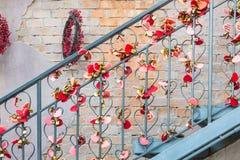 Αφθονία της κόκκινης ρωμανικής αγάπης κλειδαριών καρδιών Στοκ εικόνα με δικαίωμα ελεύθερης χρήσης
