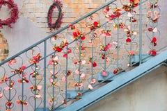 Αφθονία της κόκκινης ρωμανικής αγάπης κλειδαριών καρδιών Στοκ Εικόνες