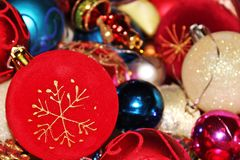 Αφθονία των ζωηρόχρωμων μπιχλιμπιδιών διακοσμήσεων Χριστουγέννων Στοκ φωτογραφία με δικαίωμα ελεύθερης χρήσης