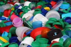 Αφθονία των ζωηρόχρωμων πλαστικών κορυφών μπουκαλιών Στοκ εικόνες με δικαίωμα ελεύθερης χρήσης