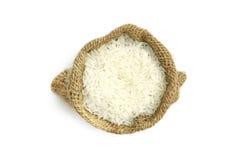 Αφθονία jasmine του ρυζιού στο σάκο, που απομονώνεται στο άσπρο υπόβαθρο Στοκ Φωτογραφίες