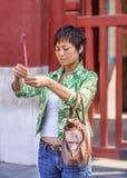 Αφιερωμένη ελκυστική γυναίκα στο βουδιστικό ναό λάμα, Πεκίνο, Κίνα Στοκ Φωτογραφίες