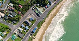 Αφρίζοντας κύματα στην παραλία της πόλης με τις εθνικές οδούς Shevelev απόθεμα βίντεο