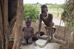 Αφρική, Αιθιοπία, μη αναγνωρισμένο άτομο κοιλάδων 25 12 2009 μη αναγνωρισμένα παιδιά από τη φυλή Karo Στοκ Φωτογραφίες