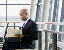 αφρικανικά αρχεία επιχειρηματιών που αναθεωρούν την πλάγια όψη Στοκ Φωτογραφία