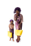 Αφρικανικά γυναίκα και μικρό κορίτσι που παρουσιάζουν φιλί αέρα στο παραδοσιακό φόρεμα απομονωμένος Στοκ Φωτογραφίες