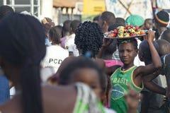 Αφρικανικά μήλα των δυτικών ανακαρδίων κοριτσιών πωλώντας στοκ φωτογραφίες