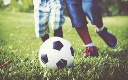 Αφρικανικά παιδιά που παίζουν την έννοια ποδοσφαίρου άσκησης Στοκ Εικόνες