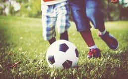 Αφρικανικά παιδιά που παίζουν την έννοια ποδοσφαίρου άσκησης Στοκ Εικόνα