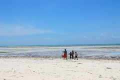 Αφρικανικά παιδιά που περπατούν στην ακτή Στοκ εικόνες με δικαίωμα ελεύθερης χρήσης