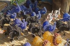 Αφρικανικά παραδοσιακά χειροποίητα ζωηρόχρωμα ζώα παιχνιδιών χαντρών διάσημα βουνά kanonkop της Αφρικής κοντά στο γραφικό αμπελών Στοκ Φωτογραφία