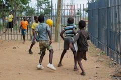 Αφρικανικά φτωχά παιδιά στο παίζοντας ποδόσφαιρο οδών Στοκ φωτογραφία με δικαίωμα ελεύθερης χρήσης