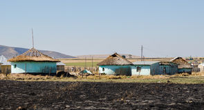 Αφρικανικά χαρακτηριστικά αγροτικά σπίτια διάσημα βουνά kanonkop της Αφρικής κοντά στο γραφικό αμπελώνα νότιων άνοιξη Στοκ Φωτογραφία