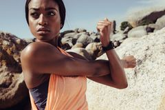 Αφρικανικά όπλα τεντώματος γυναικών στην παραλία στοκ εικόνες