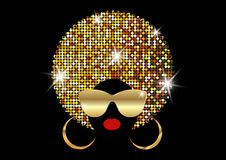 Αφρικανικές γυναίκες πορτρέτου, σκοτεινό θηλυκό πρόσωπο δερμάτων με το λαμπρό afro τρίχας και χρυσά γυαλιά ηλίου μετάλλων στο παρ απεικόνιση αποθεμάτων