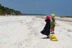 Αφρικανικές γυναίκες που φέρνουν τις συσκευασίες στοκ φωτογραφία με δικαίωμα ελεύθερης χρήσης