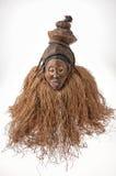 αφρικανικές μάσκες ξύλιν&epsil με την τρίχα απομονωμένος Στοκ Φωτογραφίες
