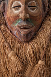 αφρικανικές μάσκες ξύλιν&epsil με την τρίχα απομονωμένος Στοκ φωτογραφία με δικαίωμα ελεύθερης χρήσης