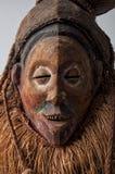 αφρικανικές μάσκες ξύλιν&epsil με την τρίχα Στοκ Εικόνες