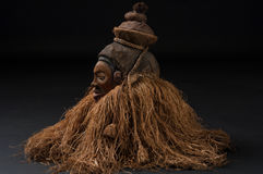 αφρικανικές μάσκες ξύλιν&epsil με την τρίχα Στοκ Εικόνα