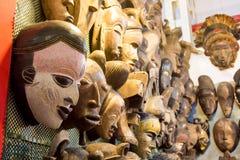 αφρικανικές μάσκες στην αγορά Στοκ Εικόνες