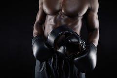 Αφρικανική αρσενική χαλάρωση μπόξερ μετά από το workout Στοκ Εικόνα