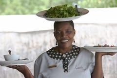 Αφρικανική γυναίκα που εξυπηρετεί salat στο κεφάλι Στοκ Φωτογραφία