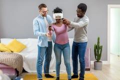 Αφρικανική γυναίκα που προσπαθεί στα γυαλιά εικονικής πραγματικότητας για πρώτη φορά στοκ εικόνα