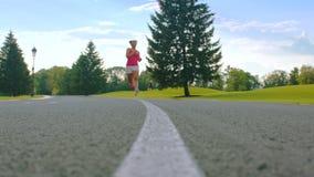 Αφρικανική γυναίκα που τρέχει στο πάρκο Τρέξιμο γυναικών ικανότητας υπαίθριο Θηλυκός δρομέας απόθεμα βίντεο