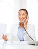 Αφρικανική επιχειρηματίας με το τηλέφωνο στην αρχή Στοκ Εικόνες
