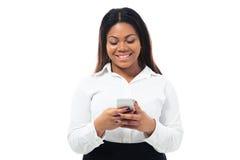Αφρικανική επιχειρηματίας που χρησιμοποιεί το smartphone Στοκ Φωτογραφίες