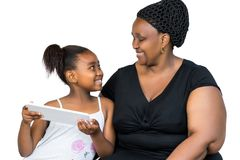 Αφρικανική μητέρα και λίγος χρόνος εξόδων κορών μαζί στην ετικέττα στοκ φωτογραφία με δικαίωμα ελεύθερης χρήσης