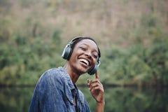 Αφρικανική νέα γυναίκα που ακούει τη μουσική στη φύση στοκ φωτογραφίες με δικαίωμα ελεύθερης χρήσης