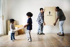 Αφρικανική οικογένεια που κινείται προς την ενότητα συγκυριαρχιών καινούργιων σπιτιών στοκ εικόνες με δικαίωμα ελεύθερης χρήσης