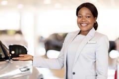 Αφρικανική πωλήτρια αυτοκινήτων στοκ εικόνα