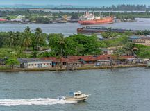 Αφρικανική πόλη στην όχθη ποταμού Στοκ Εικόνες
