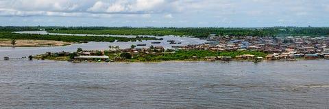 Αφρικανική πόλη στην όχθη ποταμού Στοκ φωτογραφίες με δικαίωμα ελεύθερης χρήσης