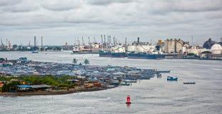 Αφρικανική πόλη στην όχθη ποταμού Στοκ Φωτογραφία