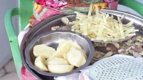 Αφρικανική συνεδρίαση γυναικών και τέμνουσα πατάτα στα μικρά κομμάτια φιλμ μικρού μήκους